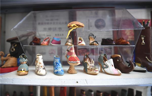 """老祖宗的技法不能丢!济南老鞋匠和手工""""微型鞋""""的故事"""