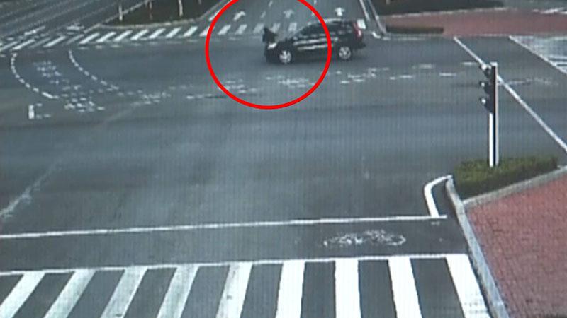 41秒丨济宁街头一电动车机动车道闯红灯被撞飞 监控拍下惊险一幕
