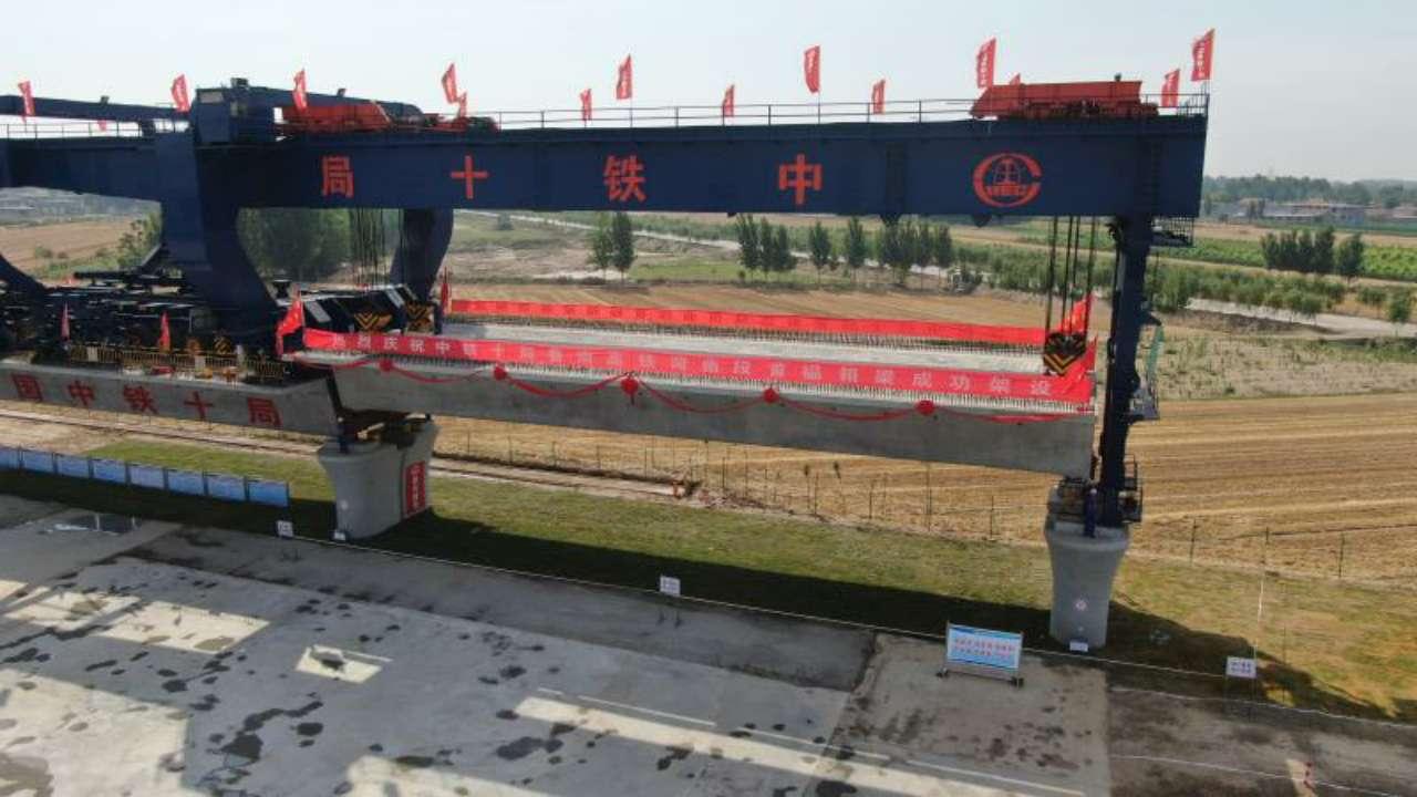鲁南高铁菏曲段首孔箱梁成功架设 预计2022年5月份全线通车