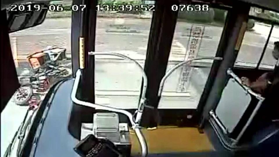 44秒|险!外卖小哥摔倒翻滚4圈!公交司机紧急停车避险
