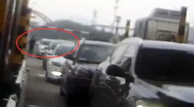 27秒 | 接娃心切便无证驾驶 青岛这俩司机在交警眼皮底下偷换座位