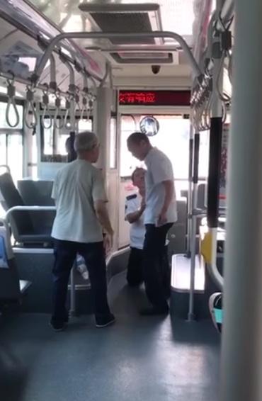 10秒|官方回应了!济南一公交司机给乘客下跪道歉现场视频曝光