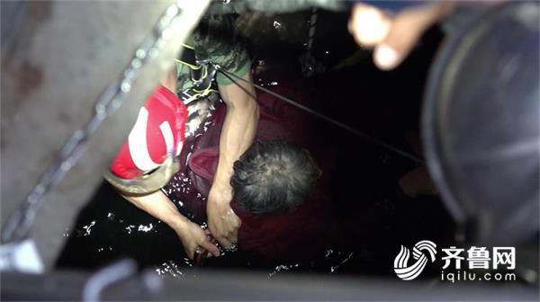 青筋暴起只为抱紧你 威海消防下10米深井救起坠井老人