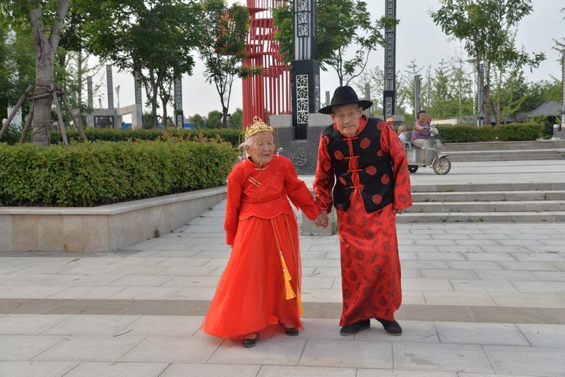 """郓城90岁高龄夫妇补拍婚纱照 老两口还是个百万粉丝的""""网红"""""""