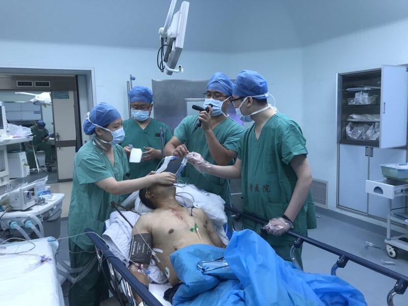 男子摔落体内刺进两根钢筋 经6个小时手术暂保性命