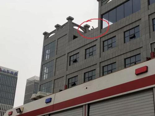滨州警方与消防大队成功救下一跳楼男子