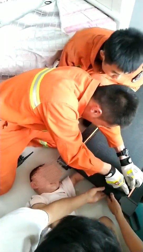 """跑步机""""咬""""住2岁儿童 济宁消防紧急救援"""