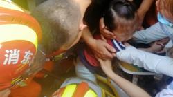 42秒丨聊城一小女孩脚卡电动车哭闹不止 消防和群众齐解救
