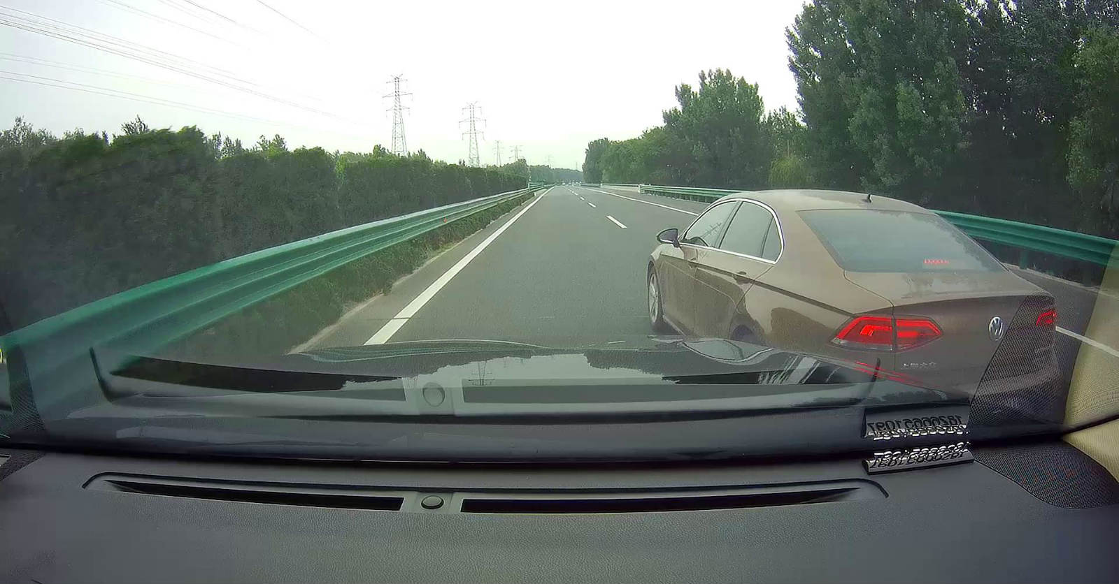 43秒|高速公路上演别车闹剧 行车记录仪记录了全程