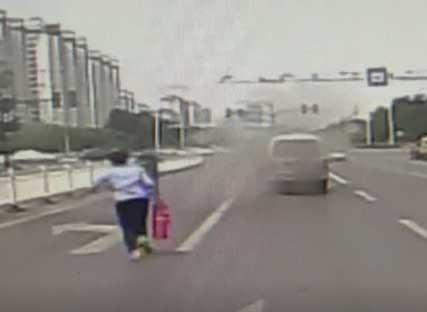 36秒丨紧急!面包车突然起火 公交女司机果断出手