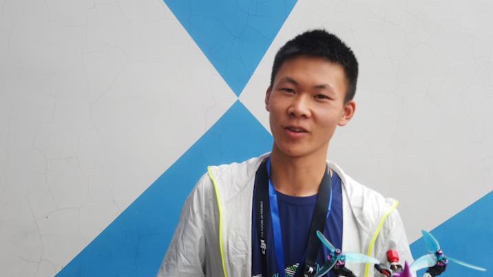 浙江小伙夺山东穿越机比赛冠军,入门一年经常背30块电池练习