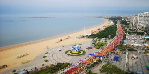 组图:万人画中跑!航拍2019海阳马拉松最美沿海赛道