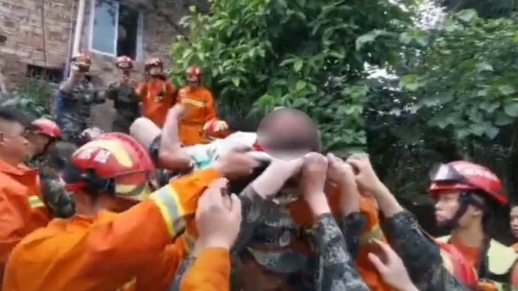 """""""没事,踩我脚就行"""",宜宾地震救灾现场上演暖心一幕"""