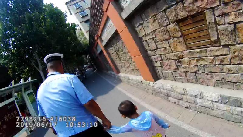 """92秒丨济南3岁男童街头走失 警察叔叔牵起他的手""""跟我走"""""""
