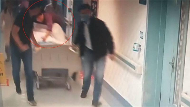 """49秒丨邹城200斤孕妇突发脐带脱垂 护士""""跪姿""""抢救十几分钟"""