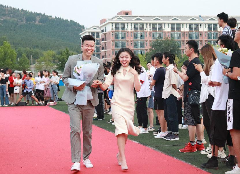山东高校上演盛装红毯秀 星范儿十足