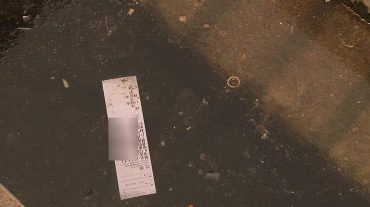 21秒|济南芙蓉新泉垃圾拂面 泉渠布满白色粉末