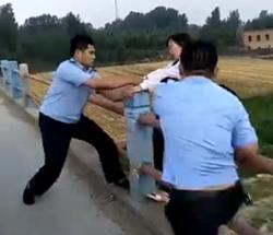 56秒丨惊险!女子因家庭矛盾欲跳河轻生 民警趁其不备一把拉回