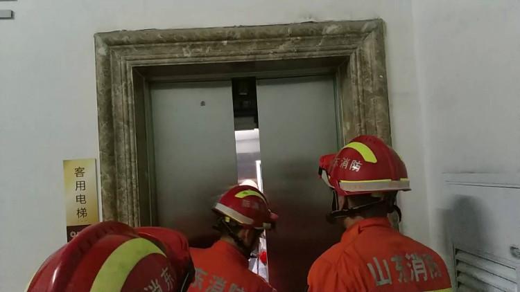 44秒丨尴尬了!淄博一新郎接亲时被困在了电梯