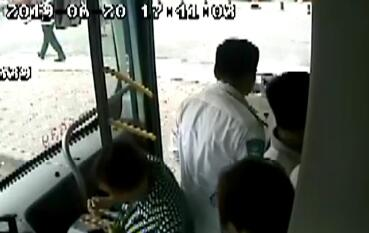 56秒丨驾驶途中路边垃圾箱突然着火 济南公交司机下车灭火