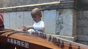 40秒丨萌翻天!5岁男童小南湖夜市上弹奏古筝 这韵味简直没谁了...