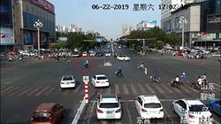 39秒|闹市区老人逆车流而行被困路中间 交警这个举动很暖心