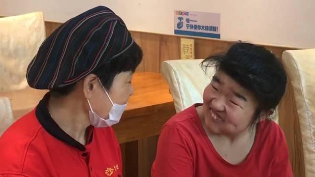 """96秒丨女儿患病后一度奔溃 她开办餐厅成为9位智障孩子的""""妈妈"""""""