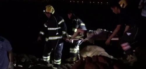 30秒丨青岛凌晨一女子昏阙海上礁石 消防紧急营救将其抬出
