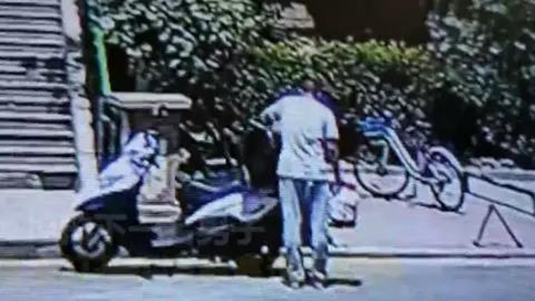 25秒|丢人!监控视频曝光 滨州一男子大白天偷外卖