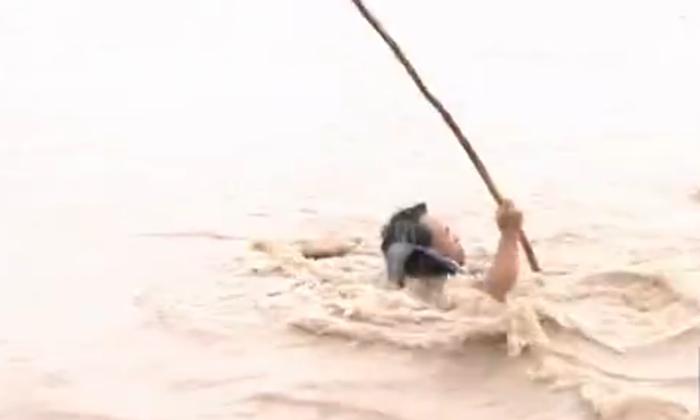 多迈一步水淹全身! 全国阻泳第一人王和新黄河再试险