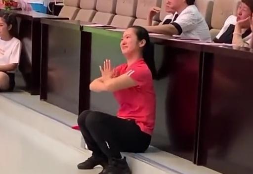 44秒|感人瞬间! 滨州幼儿园老师台下指挥孩子毕业表演落泪满面