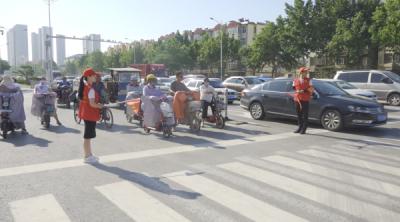 庆七一 菏泽青年党员志愿者开展助力文明交通指挥活动