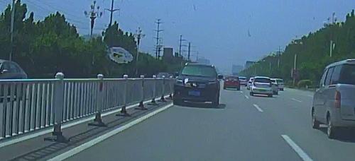 49秒丨聊城街头一越野车快车道逆行 司机看没监控心存侥幸