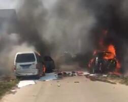 安丘一越野车起火引燃7辆车 财产损失和火灾原因正在调查中