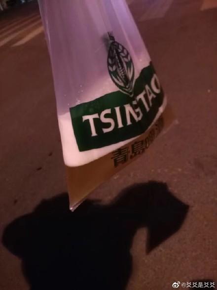 """33秒丨青岛喝啤酒要用""""袋""""?网友:请原谅我的孤陋寡闻"""