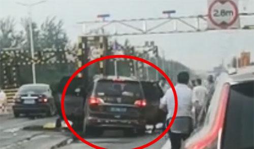 23秒丨滨州一汽车行驶途中突然撞上路墩 7人不同程度受伤