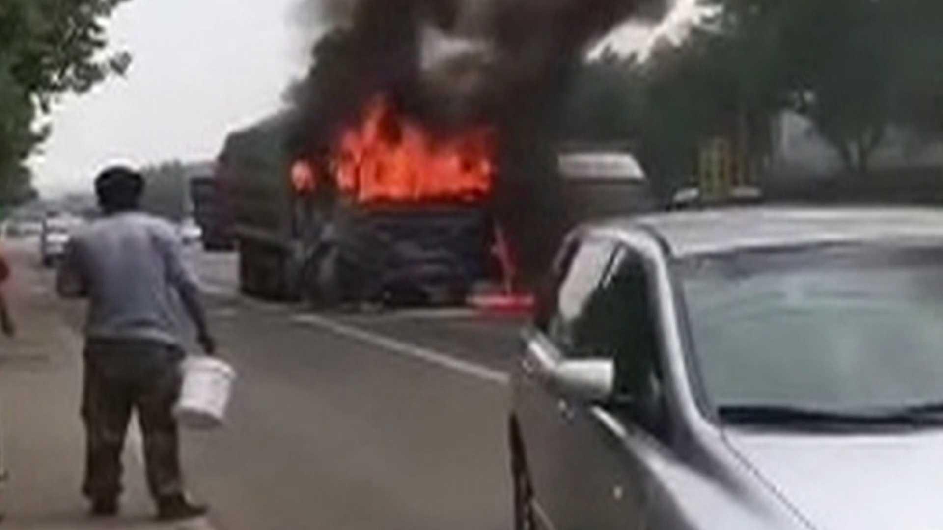 26秒丨事故大货车拖车时突然自燃 现场浓烟滚滚