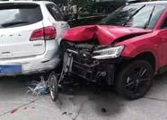 滨州一女司机误把油门当刹车 连撞5辆轿车和5辆电动车
