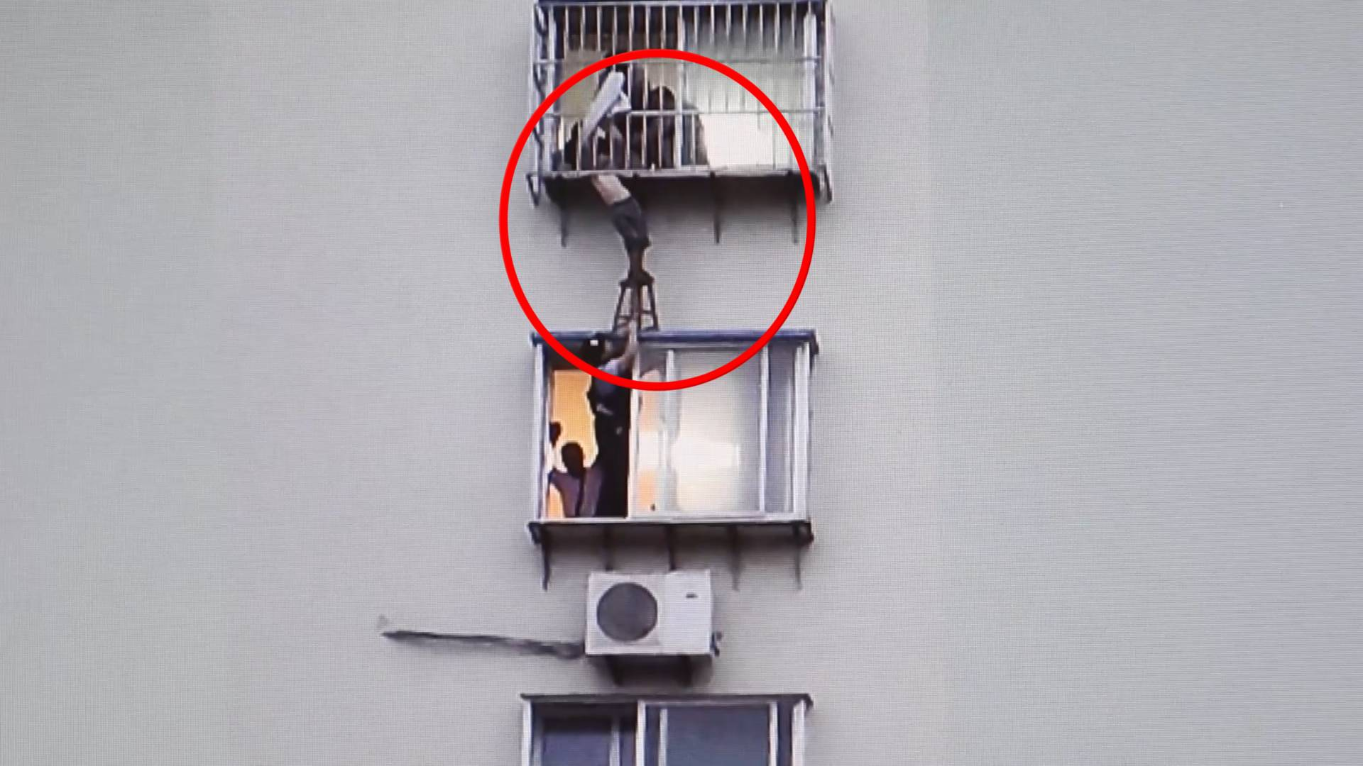 55秒丨命悬一线!烟台8岁男孩贪玩趴窗户 头卡6楼阳台外