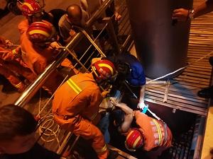 58秒丨凌晨济南一男子意外落水 两名热心路人下水营救被困河中
