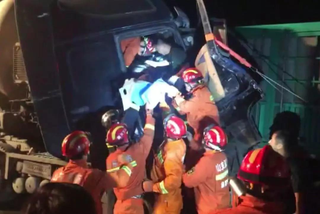 深夜两半挂车追尾1人被困 淄博消防破拆车门紧急救援