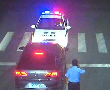 47秒丨淄博这名赤膊醉汉驾车路口睡着 众人破拆救援