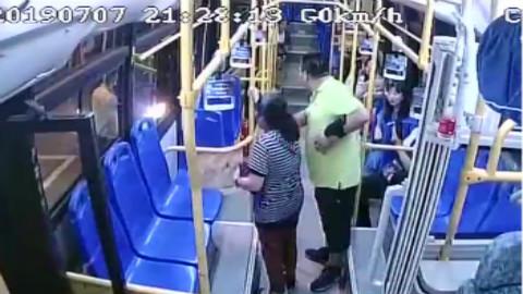 天降酒瓶砸穿青岛公交车玻璃 监控画面记录惊险一幕