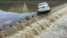 32秒丨降雨致河水上涨,青岛李沧三辆私家车被冲入河中