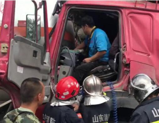 四车连撞一人被困 淄博消防成功救援