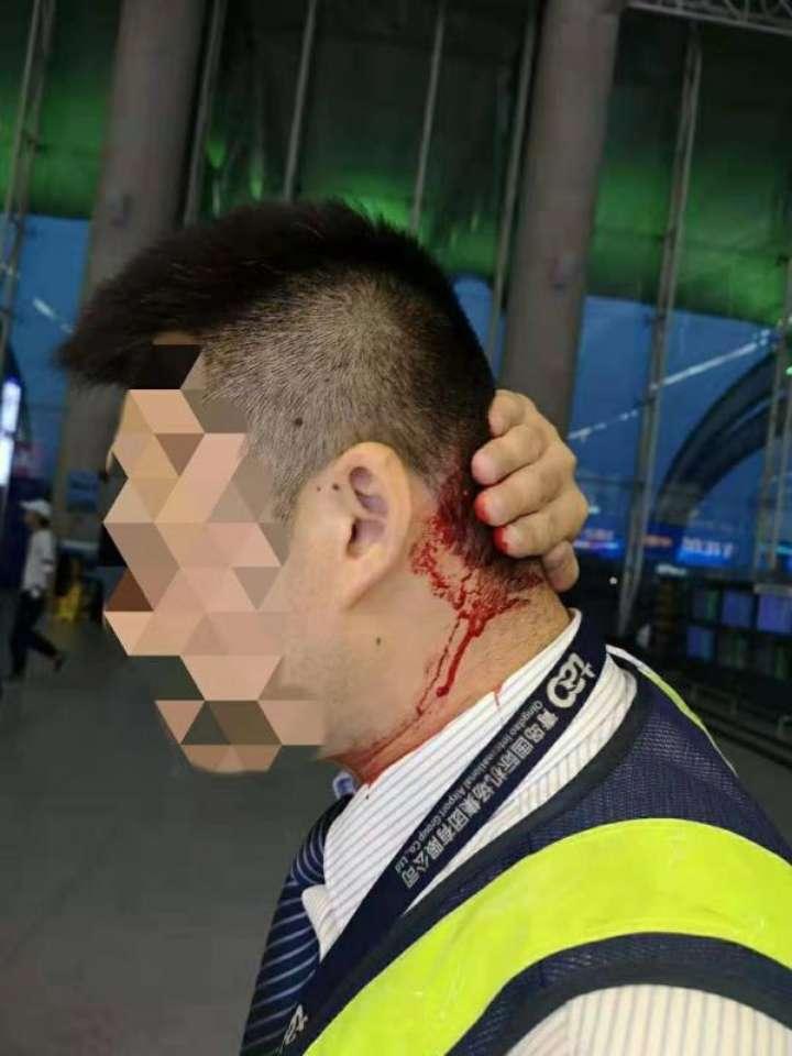 视频:醉酒旅客被拒登机 用旅客包重击机场人员 包内玻璃水杯都碎了