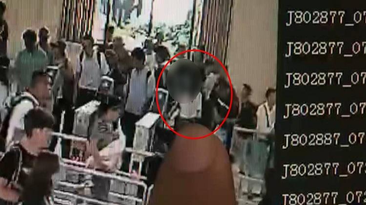 """视频为证!外出游玩伸出""""咸猪手"""" 男子火车站猥亵他人被拘"""