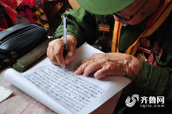 4、7月11日,在山东乐陵一家敬老院内,李安甫老人正在撰写回忆录。1.JPG