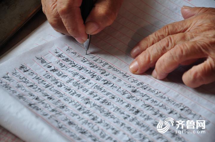 5、7月11日,在山东乐陵一家敬老院内,李安甫老人正在撰写回忆录。2.JPG
