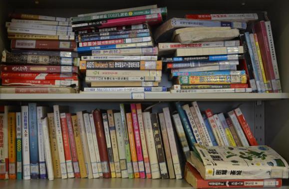 山东省图去年近百本书籍受损无法上架,有读者通过自助借还钻空子
